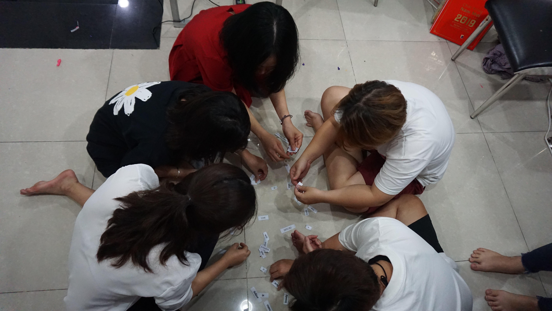 Các bạn học viên của Kiss English đang chăm chú giải câu đố từ Thủy khi chơi trò Word Jumble Race