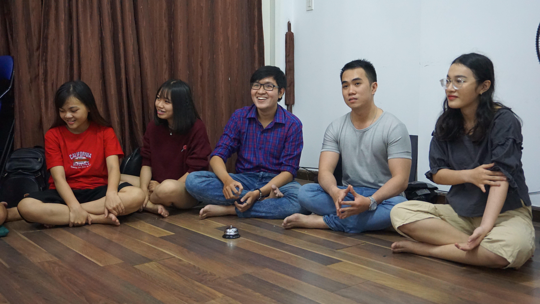 Các học viên của Kiss đang chăm chú giải câu đố từ đồng đội khi chơi trò chơi Taboo