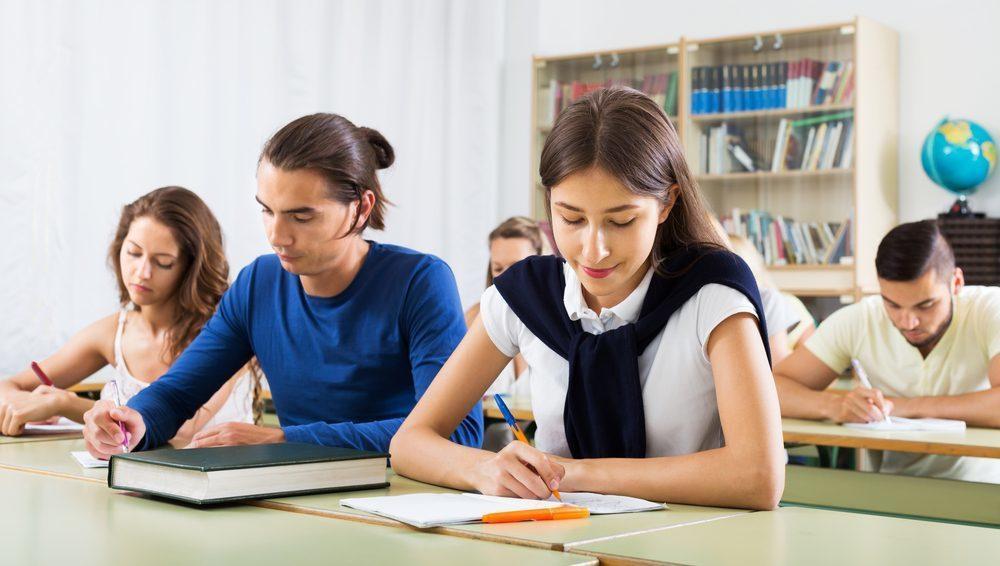 Nếu tự học tiếng anh tại nhà không hiệu quả, bạn có thể đến các lớp học, trung tâm