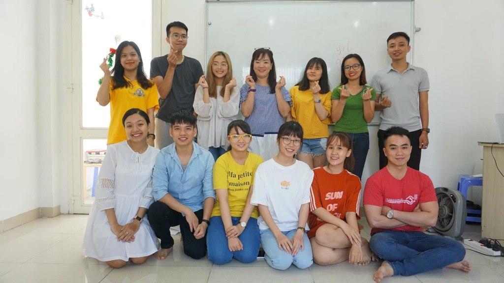 Giáo viên, trợ giảng và học viên tham gia câu lạc bộ tiếng Anh tại KISS English