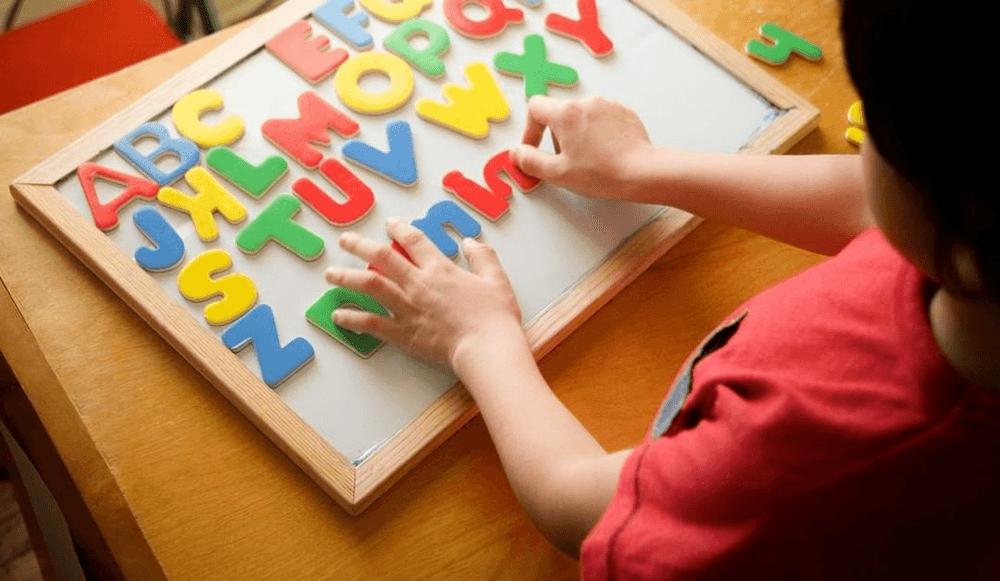 Hãy cho trẻ em tiếp xúc với bảng chữ cái càng sớm càng tốt