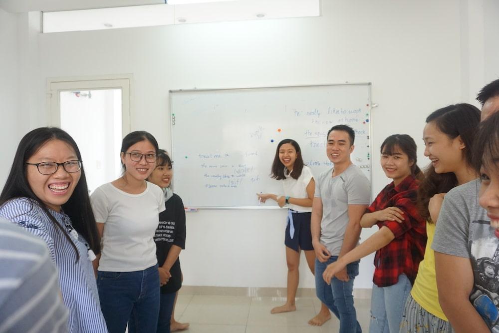 Học viên KISS English chơi game học tiếng Anh trong lớp học
