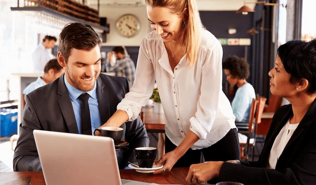 Nhân viên cần sử dụng mẫu câu đơn giản để giao tiếp với khách hàng
